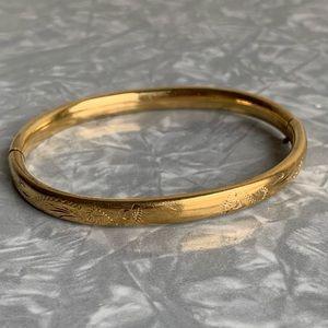 Embossed lightweight gold bracelet